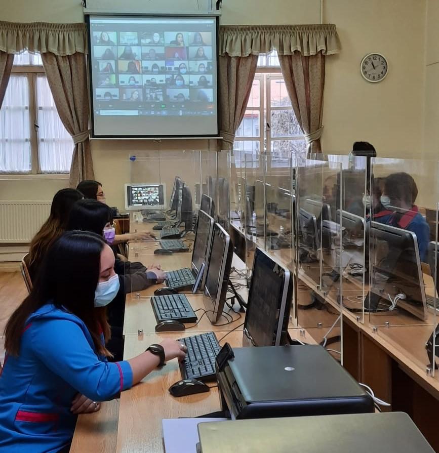 Clase de Lenguaje de Señas para alumnas del liceo Maria Behety de Punta Arenas